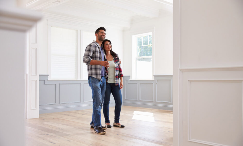 couple-looking-at-walls-inside-empyt-house-home-home-improvement-1000x600